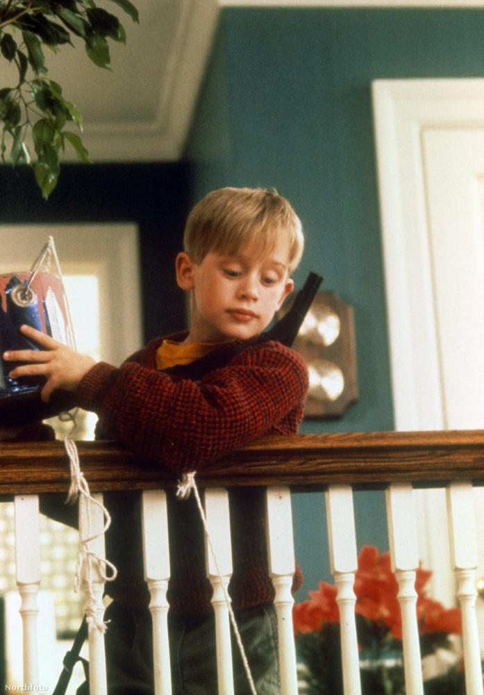 A film fő karaktere a 8 éves Kevin McCallister, akit Macaulay Culkin alakított