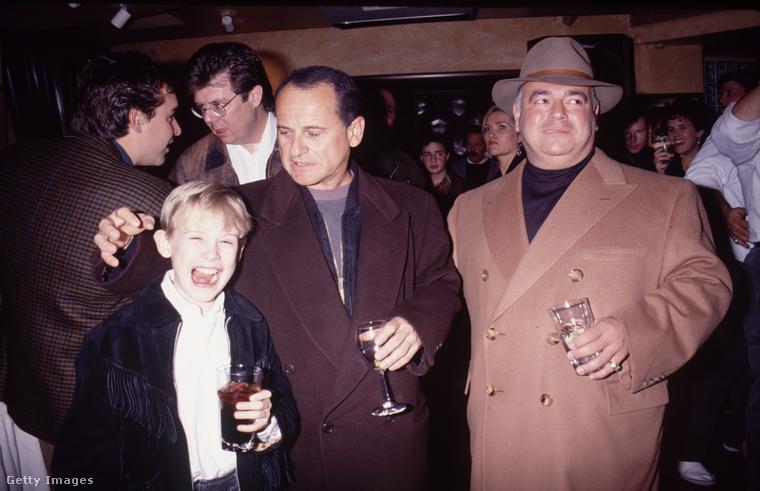 ...és íme egy kép egy sajtóeseményről, ahol Macaulay Culkin és Joe Pesci viccesen pózolnak egy kép kedvéért.
