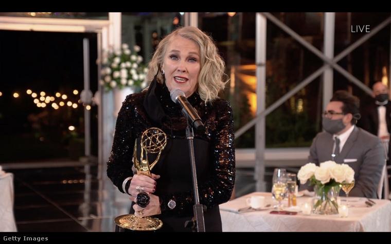 Ez a fotó pedig az idei Emmy-kiosztón készült róla, amikor Emmy-díjat nyert a Schitt's Creek című sorozatban nyújtott alakításáért