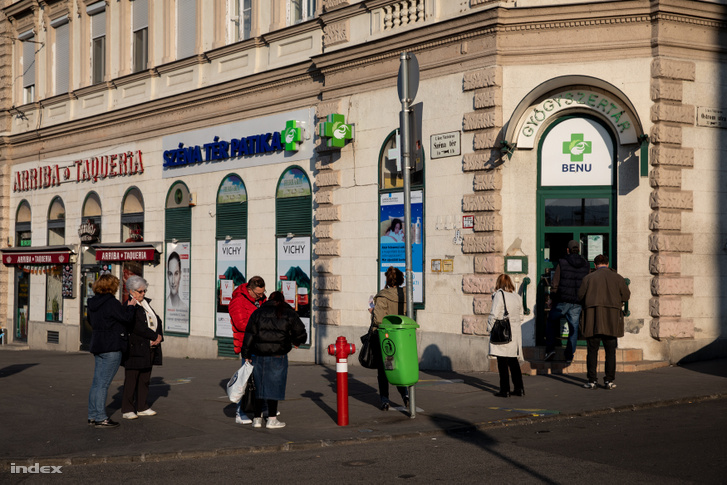 Vásárlók várakoznak egy budapest gyógyszertár előtt 2020. március 20-án