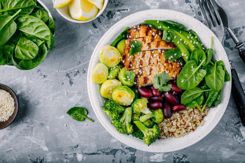 A kelbimbó egészséges és alacsony kalóriatartalmú, remek kiegészítője lehet egy 10 dkg-os pirított csirkemellnek. A fogást brokkolival, spenóttal, fehérjében gazdag hüvelyessel és quinoával is dúsíthatod.