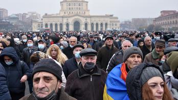 Ezrek tüntettek Örményországban a kormányfő lemondásáért