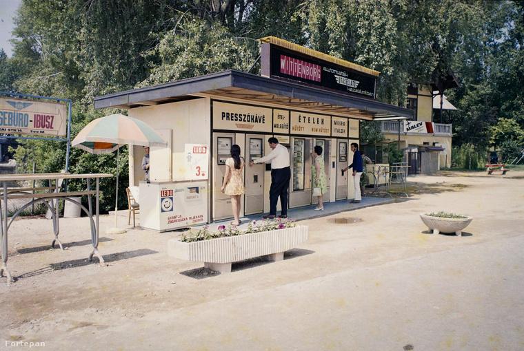 És ha már a nagyon hetvenes évekes környezetnél tartunk, ugorjunk vissza Magyarországra, azon belül is Balatonfüredre! Itt működött a Vitorlás étterem mellett ez az Utasellátó automata büfé.