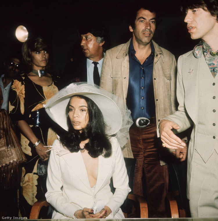 Ennek a képnek a jobb szélén Mick Jagger látható, a középen ülő nő pedig újdonsült felesége, Bianca Jagger