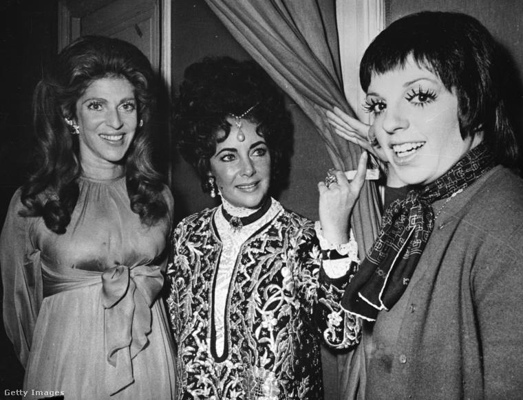 Ez a kép 1971 decemberében készült, a kép bal szélén Guy de Rothschild báró felesége látható