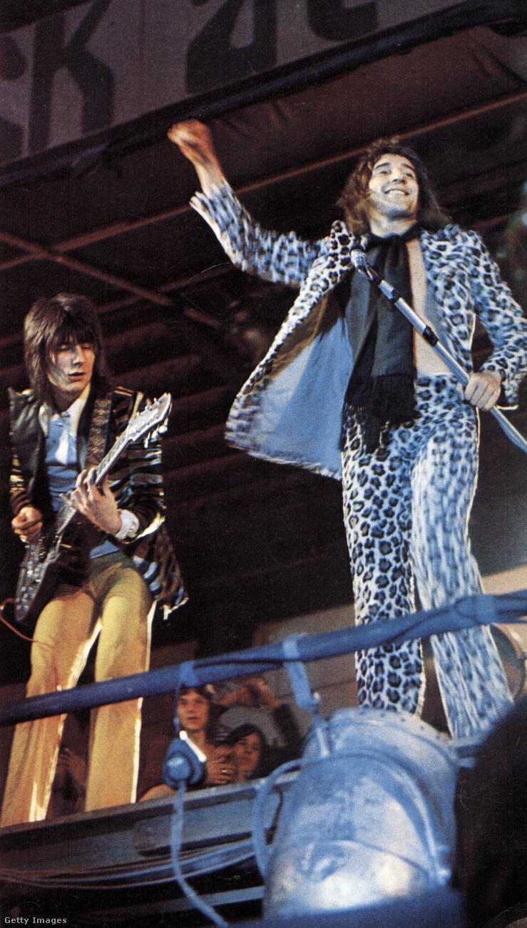Ronnie Wood és Rod Stewart is nyomták a rockot 1971-ben, méghozzá szintén elég látványos öltözékekben.