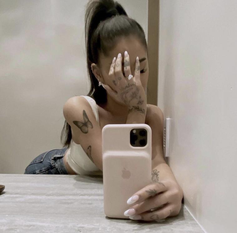 Ariana Grande a napokban adta hírül a világnak, hogy szerelme, Dalton Gomez ingatlanügynök megkérte a kezét, ő pedig igent mondott