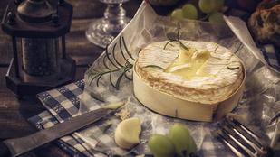 Ha gyors vacsorát készítenél hús nélkül, süss camembert sajtot és tálald gyümölcsraguval