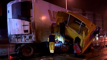 Hatalmas baleset: busz és kamion ütközött hajnalban Budapesten