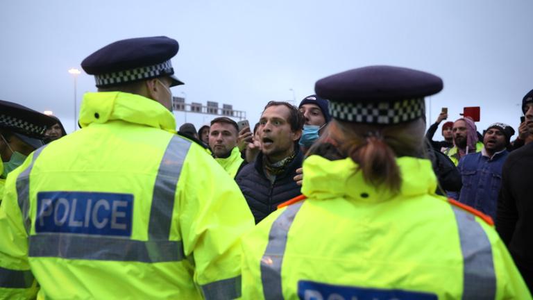 Feldühödött kamionsofőrök verekedtek rendőrökkel Dovernél