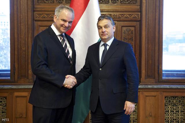 Johannes Teyssen, az E.ON elnök-vezérigazgatója és Orbán Viktor, miután szándéknyilatkozatot írtak alá az E.ON Csoport magyarországi földgázipari érdekeltségeinek az MVM-re történő átruházásáról