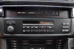BMW Business rádió alapból fedél alatt lakik, itt kazettável etethető, a csomagtérben a CD-t várja