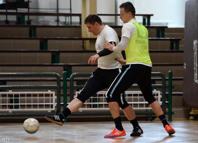 Szijjártó Péter a Miniszterelnökség külügyi és külgazdasági államtitkára (j) és Benkő Szilárd a Dunakeszi Kinizsi futsalcsapat tagjai edzenek 2012. november 18-án.