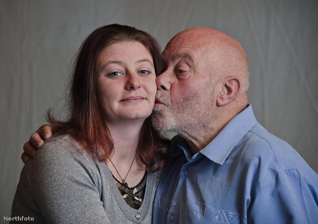 Sarah Doug és Arthur Hughes puszilkodik