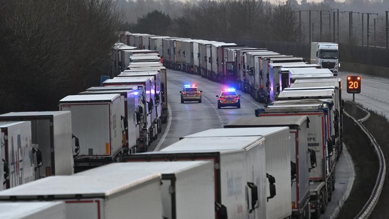 Vesztegzár Dovernél: a türelmetlen kamionosoknak WC-t, vizet és hamburgert adnak