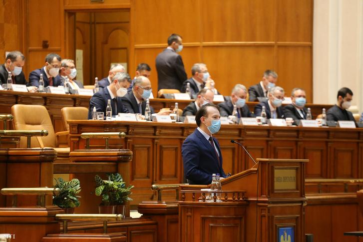Florin Citu román miniszterelnök-jelölt beszédet mond a választások nyomán megalakult új, jobbközép koalíciós kormányról tartandó szavazás előtt a parlament bukaresti üléstermében 2020. december 23-án.