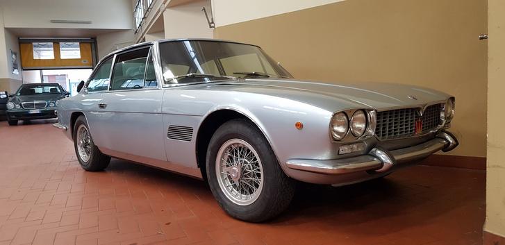 Giorgio nem véletlenül adta el a Giuliát, volt neki másik, érdekesebb veteránja. Nyolchengeres Maserati Mexico