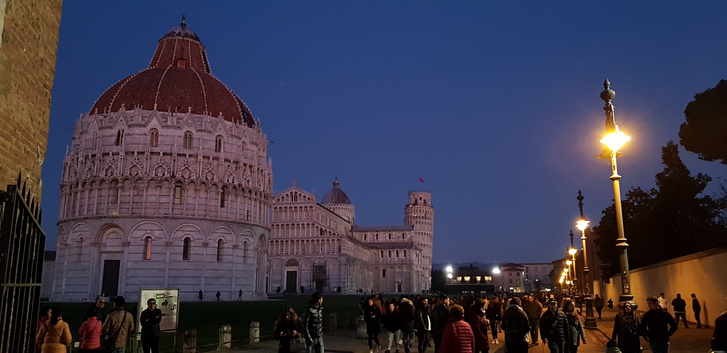 Január eleji bámész tömeg - főként olaszok. Még nem tudták, micsoda erővel sújt majd le rájuk a koronavírus