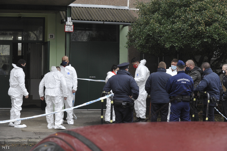 Rendőrségi helyszínelők 2020. december 24-én egy IV. kerületi társasház előtt, ahol egy rendőr lelőtte a járőrtársa életére törő férfit. A késes támadó a helyszínen meghalt a sérült rendőrt kórházba vitték.