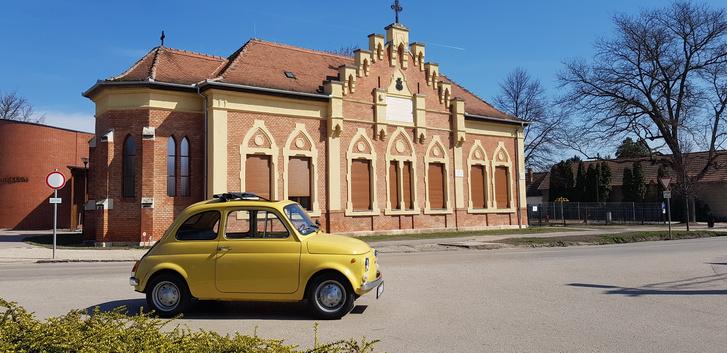 Martonvásáron. Azért érdekes ez a kép, mert előtte háromnegyed évvel, egy egész más fotózáshoz (RR Silver Cloud III) készülődve, a jobb oldali fa árnyékában hallottam meg Gabi barátomtól, hogy Olaszországban találta ezt a Fiatot Katinak