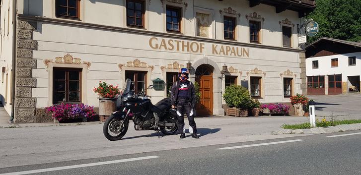 Az események tükrében óriási dolognak tűnik, hogy ez a fotó elkészült a Gashof Kapaun előtt, ahol jó régen még meg is szálltunk a Kawasaki Z750-essel meg a Yamaha XJ900-zal