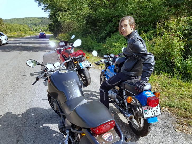 Nyár végére megint összeállt a motorja, ő is meggyógyult, ismét nyeregbe pattantunk, s tettünk egy közel 400 kilométeres kört Nógrád és BAZ-megye karcolásával