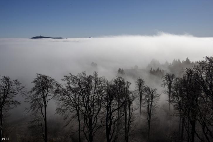 A Kékestető látszik a felhőzet felett Galyatetőről fotózva 2020. november 26-án az úgynevezett hidegpárnával, amikor a medence alján több napon keresztül rétegfelhőzet, hideg, párás, ködös idő alakul ki