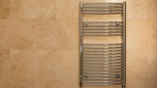 A fürdőszobafelújítás óta nem működött a törölközőszárító. Kijött a szerelő, hamar rájött, miért