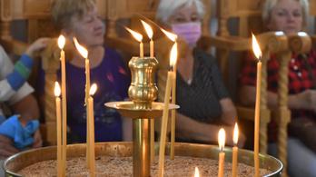 Beloiannisz karácsonya: görög zászlós maszkban ünnepelnek