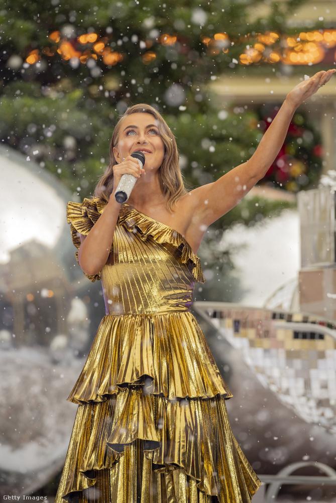 Julianne Hough is énekelt, mert egyszerűen nincs olyan, amihez a volt táncosnőnek ne lenne tehetsége.