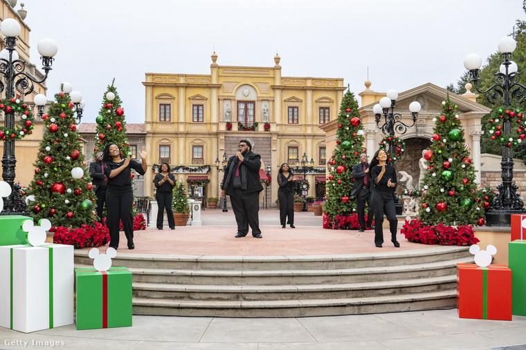 Disneyworld hivatalos neve igazából Walt Disney World Resort, és az itt rendezett karácsonyi ünnep két házigazdája Tituss Burgess és Julianne Hough volt