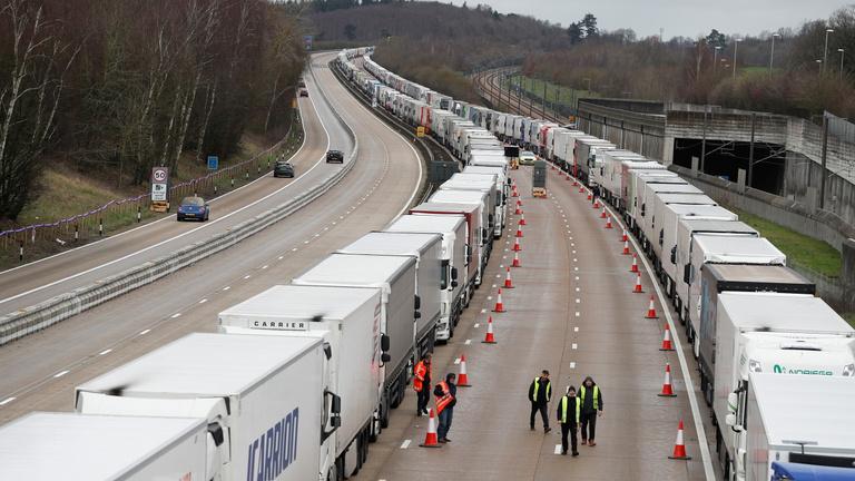 Doveri káosz: jóval kevesebb kamion várakozik