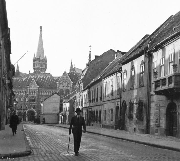 Fortuna utca a Bécsi kapu tér felé nézve, háttérben az Országos Levéltár épülete (1932)