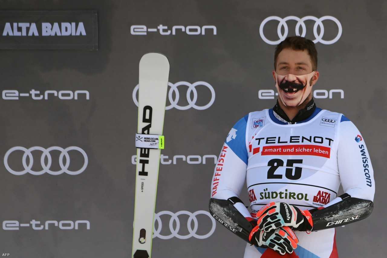 A svájci alpesi síző, Justin Murisier áll maszkban a dobogón. A koronavírus ellenére folytatódó sporteseményeken szigorú járványügyi intézkedéseket vezettek be, többek között a maszkviselést.