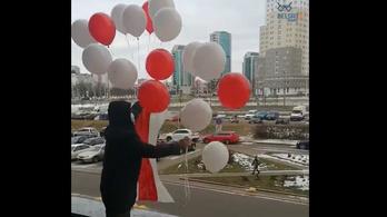 Lufikkal tüntettek Minszkben az elnök ellen