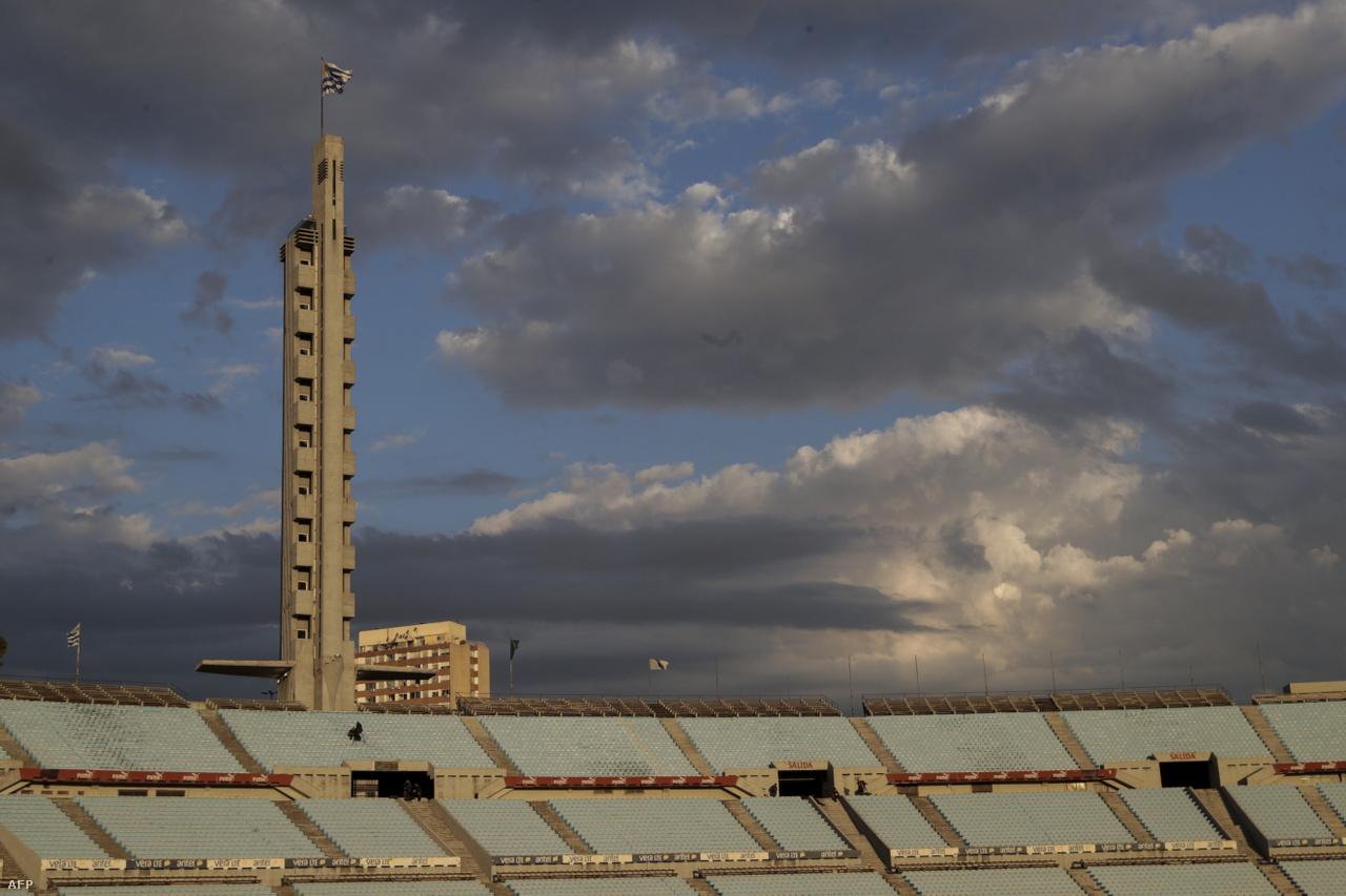 Az elmúlt hónapokban megszokottá vált, ugyanakkor rendkívül szomorú látkép: üres stadion. A képen a Montevideóban található Centenario Stadion látható az Uruguay–Brazília világbajnoki selejtező előtt.