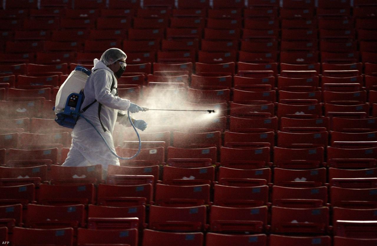 A fertőtlenítés is fontos pontja a koronavírus elleni védekezésnek. A képen egy dolgozó a lelátót fertőtleníti az Akron Stadionban a Guadalajara–Necaxa mexikói futballmeccs előtt.