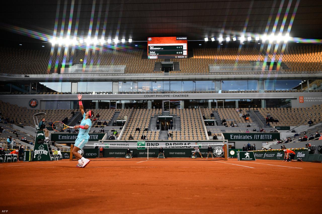 """Rafael Nadal adogat a Roland Garroson a nézők nélküli Philippe Chatrier pályán. A """"salakkirály"""" spanyol teniszező rendre telt ház előtt játszik, különösen a párizsi salakos Grand Slam-tornán, amelyet karrierje során 13-szor nyert meg."""