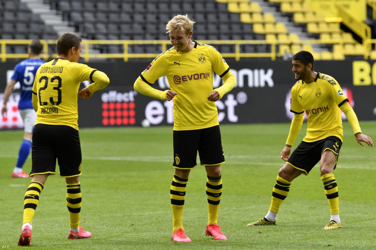 A legtöbb sportban a gólörömöknél megszokott ölelkezést (persze nem teljesen, sőt...) felváltotta az öklözés vagy a könyöklés. A képen a Borussia Dortmund játékosai, Thorgan Hazad és Julian Brandt ünnepelnek egy gólt.