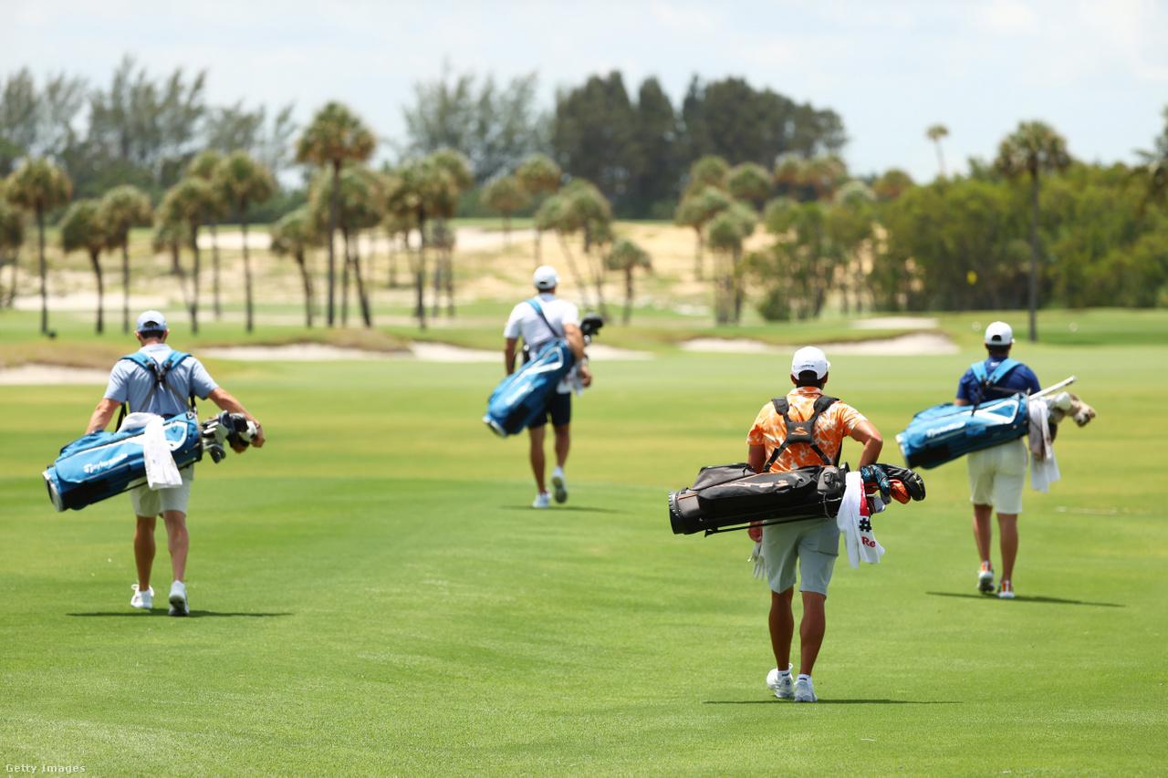 Négy profi golfozó, köztük Rory McIlroy vonulnak az egyik floridai pályán, betartva a távolságtartás szabályát.