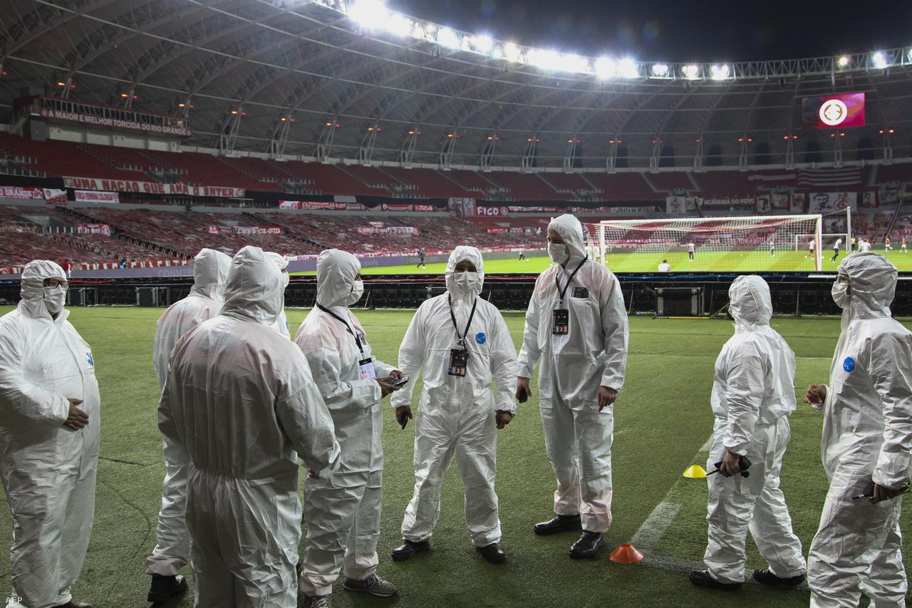 Egy újabb látkép, ami megszokottá vált a koronavírus-járvány miatt: biztonsági emberek helyett takarító munkatársak a stadionokban. Mivel a lelátók üresek, így jóval kisebb biztonsági személyzet szükségeltetik, ugyanakkor a világjárvány elleni védekezés miatt egyre több fertőtlenítő/takarító munkatársra van szükség.