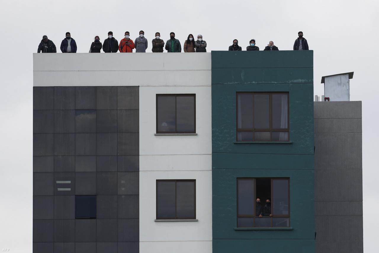 A zárt kapussá tett mérkőzéseken a stadionban nem lehettek nézők, de a leleményes drukkerek találtak megoldást. A képen a bolíviai szurkolók egy háztetőről nézik a válogatott Argentína elleni világbajnoki selejtezőjét La Pazban.
