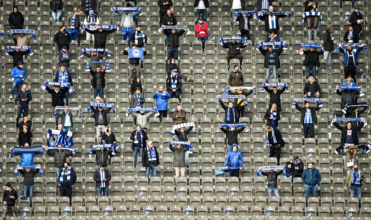 Ősszel voltak országok, ahol elkezdtek enyhíteni a szigorú intézkedéseken. Németországban például részlegesen megnyitották a stadionokat. A képen a Hertha BSC szurkolói biztatják kedvenceiket a VfB Stuttgart elleni bajnokin.