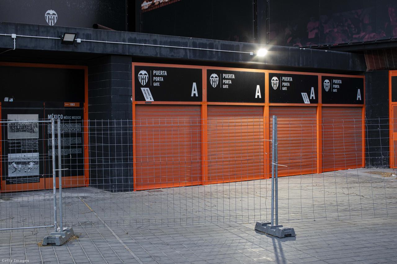 Szomorú látvány: a koronavírus-járvány miatt a jegypénztárak is zárva maradnak. A képen a valenciai Mestalla Stadion egyik kasszájának lehúzott redőnyei láthatóak az Atalanta elleni Bajnokok Ligája-csoportmeccs előtt.