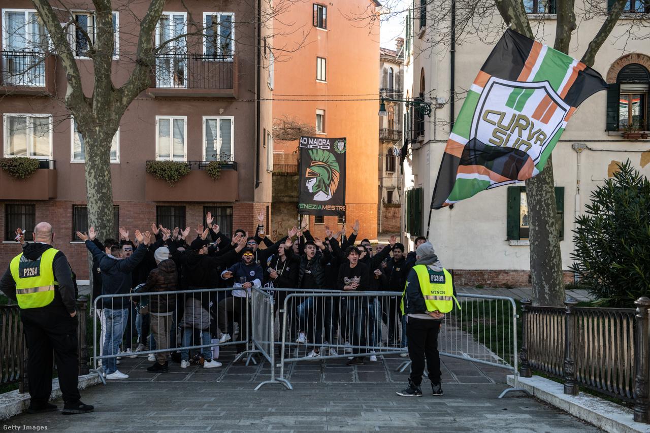 A stadionban nem lehetnek szurkolók, de azon kívül igen. A képen az olasz másodosztályú Velence drukkerei gyűltek össze az aréna melletti utcában, hogy biztassák kedvenceiket a Crotone elleni bajnokin 2020 márciusában.