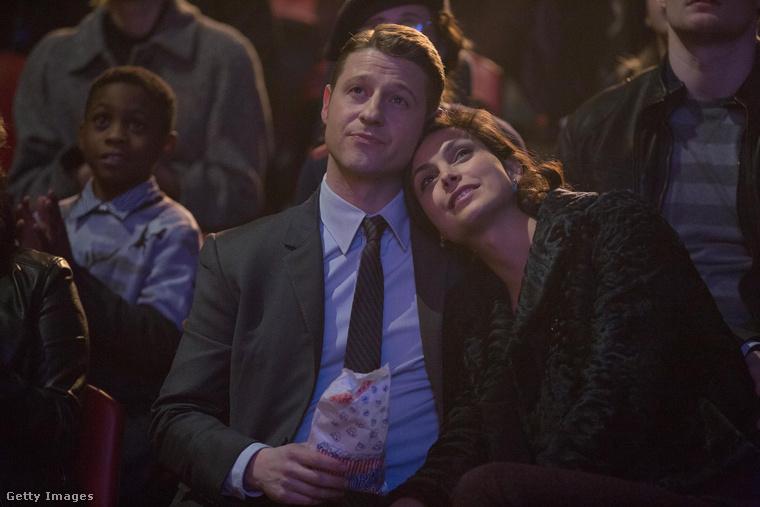 Végül pedig gyorsan emlékeztetnénk mindenkit Morena Baccarin és Ben McKenzie színészek kevésbé mesebeli sztorijára, amelyből mondjuk pont ők boldogan jöttek ki: a Gotham forgatásán találkoztak 2014-ben, egymásba szerettek, de Baccarin akkor még házas volt