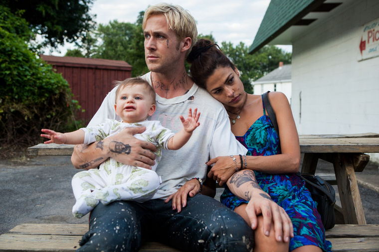 Ryan Gosling több kollégájával is összejött: Sandra Bullockhoz és Rachel McAdamshez is szakmaiból kialakult szerelmi kapcsolat fűzte.Aztán pedig Eva Mendesszel forgatta a Túl a fenyvesent, amely a lehető legpozitívabb értelemben pecsételte meg a sorsát: