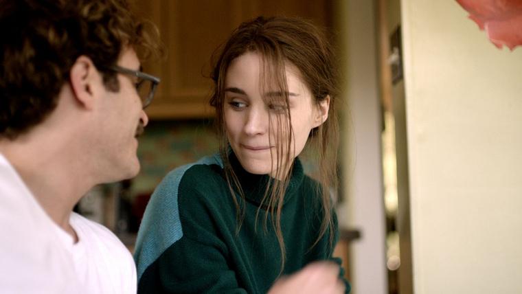 Rooney Mara és Joaquin Phoenix a 2013-as Her kapcsán talált egymásra, tök érdekes, hogy pont válófélben lévő házasokat alakítottak