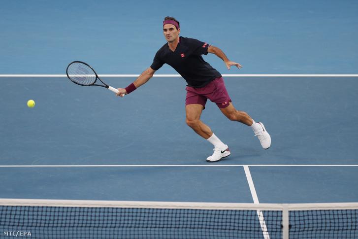 A svájci Roger Federer a szerb Novak Djokovics ellen játszik az ausztrál nemzetközi teniszbajnokság férfi egyesének elõdöntõjében Melbourne-ben 2020. január 30-án