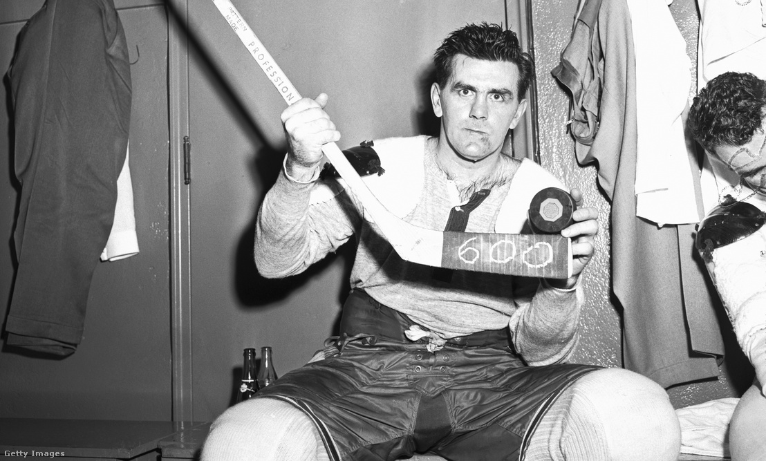 Maurice Richard az ütőjén 600-as felirattal, amikor is megszerezte 600. gólját a New York Rangers ellen 1958. november 26-án a Madison Square Gardenben.